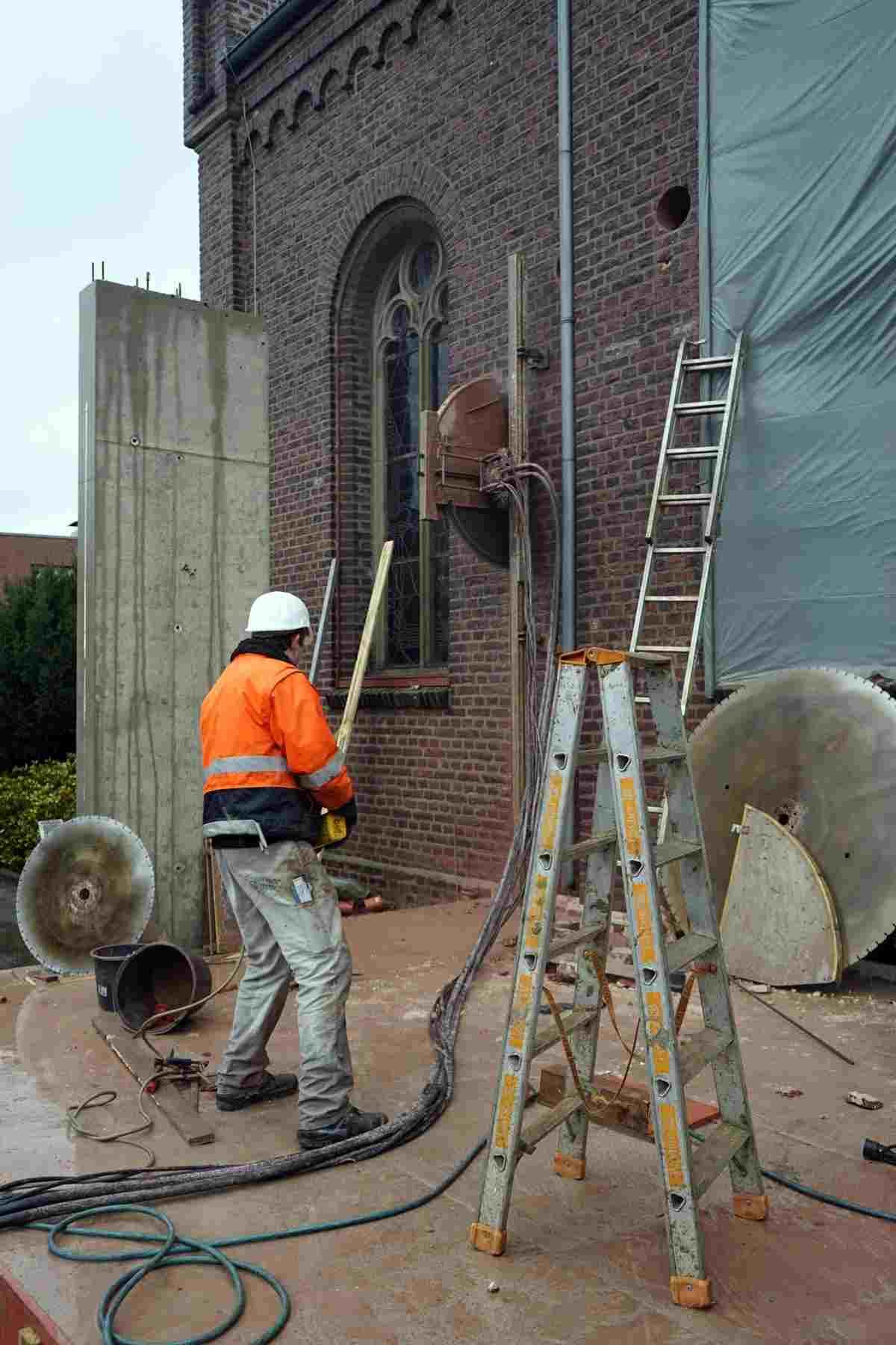 Vorsichtig arbeitet sich die Säge durch das Mauerwerk